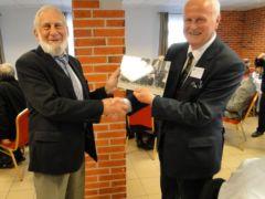 Wręczenie pamiątkowego zdjęcia uczestnikom po lewej prof. Zbigniew Dąbrowski (Pol Warszawska)